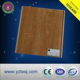 PVC天井は軽い木製カラーの天井のボードをタイルを張る