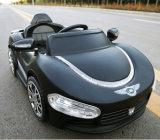 Fahrt auf Auto scherzt elektrisches Spielzeug-Auto, um zu fahren