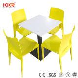 現代家具のレストランのダイニングテーブルの上