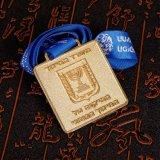 18K金張りのカスタムメダルによって刻まれるロゴ