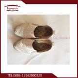 Белые перекупные ботинки ехпортированные к Африке