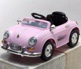 Petite conduite en plastique de gosses sur le jouet de véhicule