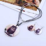 イヤリングの一定の民俗様式の円形のシェルのスネークスキンパターン花のモチーフのネックレス