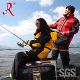 Los hombres impermeabilizan la pesca de los trastos de pesca que vadean la chaqueta (QF-1858)