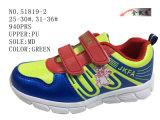 Tre calzature di sport di formato di colori due