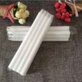 De blanc bougies ordinaires à la maison d'église d'égouttement non