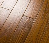 設計された古い木製のフロアーリングか開拓されたニレ木床