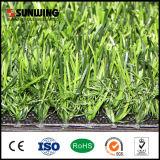Grama verde artificial relativa à promoção da fábrica para a decoração da restauração