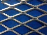 電流を通された鋼鉄は金属の網を拡大する