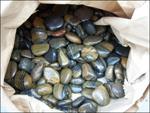 Камень на мокром асфальте и камешки