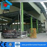 Atelier intense de construction de bâti en acier avec le faisceau de grue