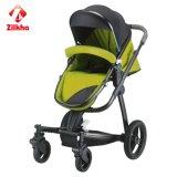 Baby-Spaziergänger mit Rahmen und dem heißen Betätigen