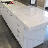 As bordas lisas retas populares que terminam o mármore branco de Carrara veiam a bancada de quartzo