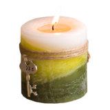 芯を取り除かれる緑の麻は装飾のためのクラフトの蝋燭を層にする