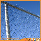 屋外の高いすくいによって電流を通されるチェーン・リンクの網の一時塀