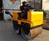 小型振動の道ローラーの後ろで歩く800kg二重ドラム