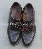 Используемые ботинки спортов людей, вторая рука обувают большой размер