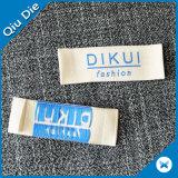 Le centre d'étiquette tissé par polyester 100% de blanc s'est plié pour le vêtement