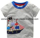 Vestiti dei bambini con la barca per i ragazzi in maglietta di estate