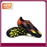 人の良質の屋外のサッカーのフットボールの靴