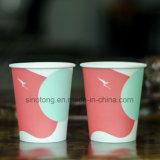 뚜껑으로 주문을 받아서 만들어지는 처분할 수 있는 백색 컵