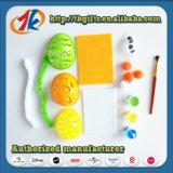 다채로운 색칠 장난감 세트를 가진 부활절 달걀