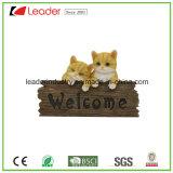 Figurine caldo della resina della famiglia di gatto di vendite con il segno positivo per la piastra della parete e la decorazione domestica