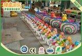 Le parc d'attractions de champ de foire joyeux vont carrousel de rond pour la conduite de gosses