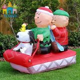 Ragazzi Snoopy di natale gonfiabile gigante sulla slitta per la decorazione dell'iarda