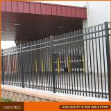 黒色火薬の上塗を施してある管状の鋼鉄塀