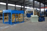 機械を作るCurbstoneの煉瓦機械コンクリートブロックを舗装する空のブロック