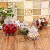 El vidrio sellado conserva en vinagre las latas de cristal de la salmuera de los tanques de almacenaje de los tarros de la cocina