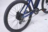 En dos ruedas de bicicleta de montaña eléctrico con batería y motor sin escobillas
