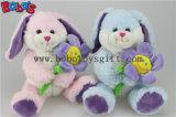 Os ofícios de Easter afagam o brinquedo animal do coelho cor-de-rosa do luxuoso com a cenoura para os miúdos Bos1160