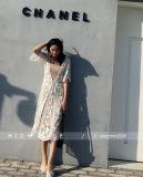 女性浜のBohoの開いたカーディガンの緩く長いレースのローズの花のマキシの上の服