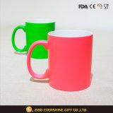 Colorer la tasse faite sur commande de haute qualité changeante de sublimation