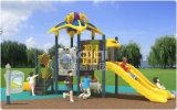Campo de jogos ao ar livre plástico compato com o multi corrediças, montanhista e escada