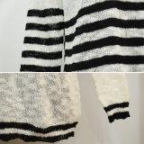 스웨터가 여자 고전적인 흑백 줄무늬에 의하여 뜨개질을 했다