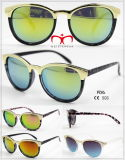 Óculos de sol de plástico à moda e quente com decoração em metal (WSP601534)