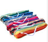 정원 2개의 베개를 가진 다채로운 안뜰 그네