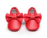 幼児の幼児Esg10364のための女の赤ちゃんの靴のモカシンの弓PU革中心によって刺繍される柔らかいSoledの靴