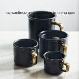 Caneca cerâmica da faiança quente com punho dourado