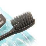Il Toothbrush adulto con il nero morbido rizza 3 in 1 151 d'imballaggio