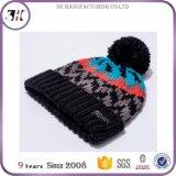 女性はPOM POMの帽子の帽子柔らかいケーブルのニットの冬の袖口の帽子を暖める