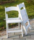 黒いビニールによってパッドを入れられる折りたたみ椅子