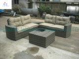 Muebles de ratán mesa redonda y una silla de jardín
