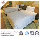 A mobília simples do quarto do hotel com mobília de madeira ajustou-se (YB-YDYDE)