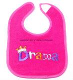 中国の工場農産物のカスタムロゴの刺繍のアップリケの赤い女の子の綿のニットのテリーDroolerの赤ん坊の胸当て