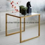 鉄の側面表のガラス上および金の終了するコーヒーテーブル