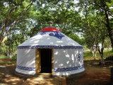 أسرة خارجيّ يخيّم [مونغلين] خيمة